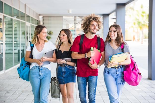 Uśmiechnięci uczniowie chodzą po lekcjach