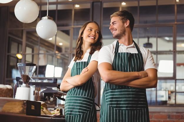 Uśmiechnięci współpracownicy stoją razem