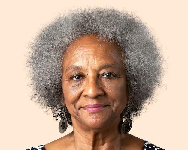 Uśmiechnięta afrykańska starsza kobieta, portret twarzy