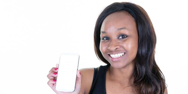 Uśmiechnięta amerykanin afrykańskiego pochodzenia kobieta pokazuje pustego ekranu telefon komórkowego w sieć sztandaru szablonu chodnikowu