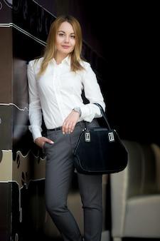 Uśmiechnięta atrakcyjna businesswoman