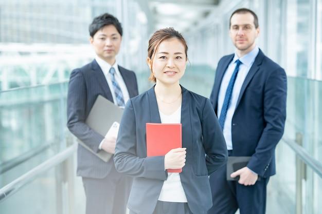 Uśmiechnięta azjatycka biznesowa kobieta i jej biznesowy zespół