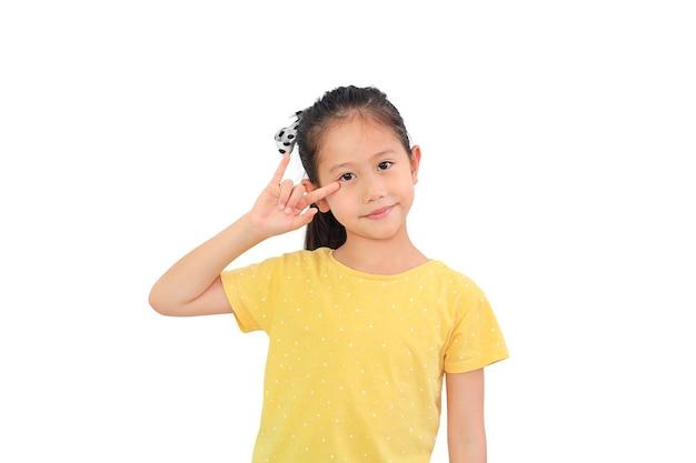 Uśmiechnięta azjatycka dziewczynka pokazując palec kocham cię symbol języka migowego na białym tle