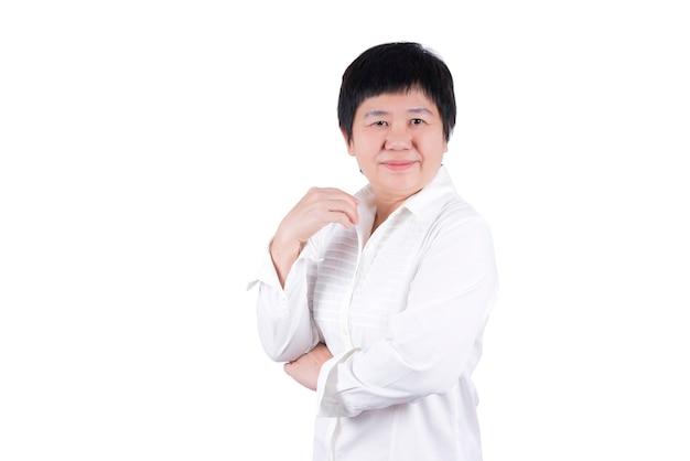 Uśmiechnięta azjatycka kobieta w średnim wieku w białej koszuli na białym tle