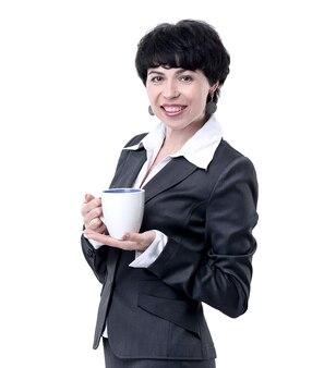 Uśmiechnięta biznesowa kobieta trzyma białą filiżankę kawy. na białym tle
