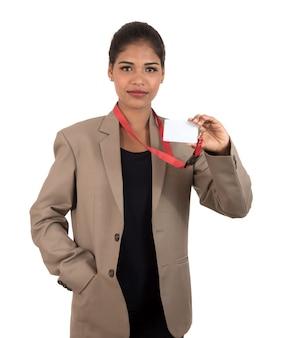 Uśmiechnięta biznesowa kobieta trzyma pustą wizytówkę lub dowód osobisty