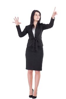 Uśmiechnięta biznesowa kobieta wskazuje na wirtualnym przedmiocie.