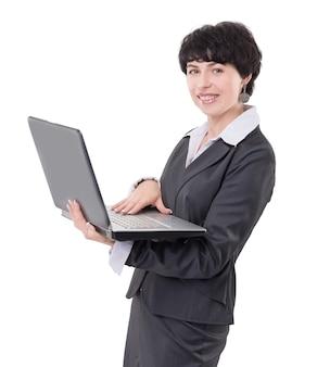 Uśmiechnięta biznesowa kobieta z laptopem. na białym tle