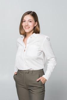 Uśmiechnięta biznesowa kobieta z założonymi rękami. zębaty uśmiech, skrzyżowane ramiona.