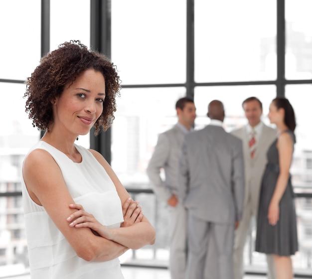 Uśmiechnięta bizneswoman ręka składająca z jego kolegami