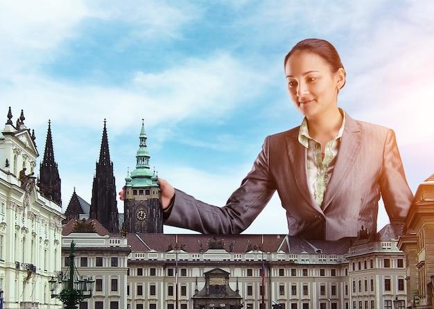 Uśmiechnięta bizneswoman wśród budynków