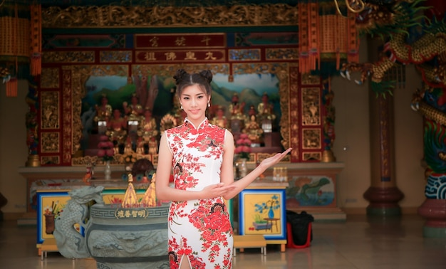 Uśmiechnięta chinka ubierać tradycyjny cheongsam w new year.chinese temple