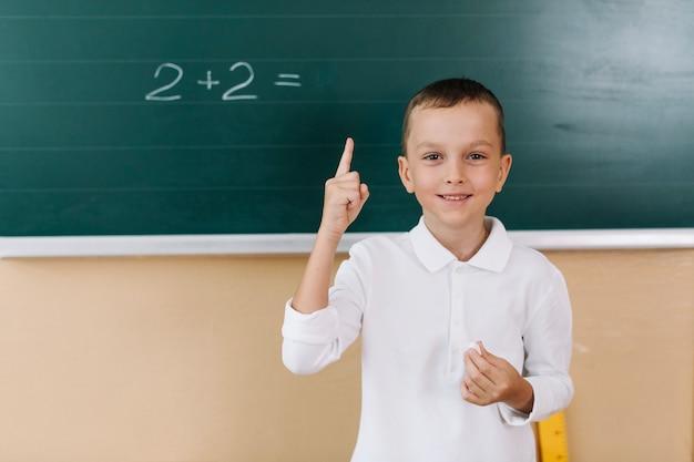 Uśmiechnięta chłopiec w klasie matematyki