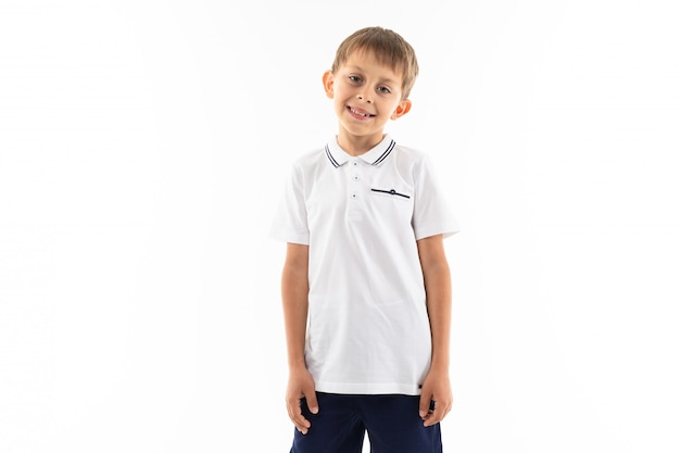 Uśmiechnięta chłopiec z brown włosy i uderzeniami na bielu z kopii przestrzenią