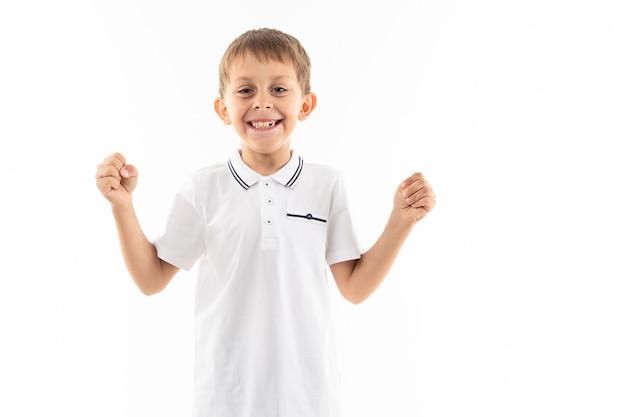 Uśmiechnięta chłopiec z brown włosy i uderzeniami z kopii przestrzenią