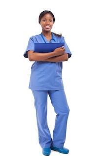Uśmiechnięta czarna pielęgniarka pełnej długości