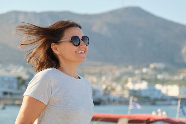 Uśmiechnięta dojrzała kobieta bieg jogging przy deptakiem