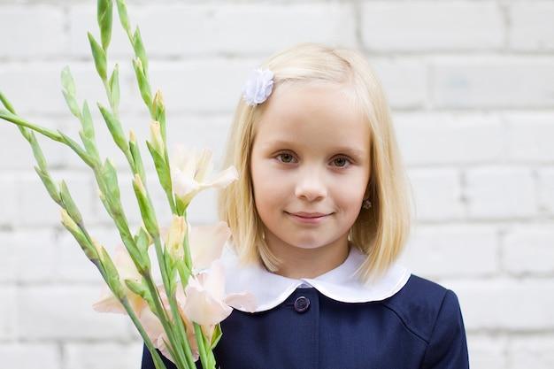 Uśmiechnięta dziecko dziewczyna z kwiatami