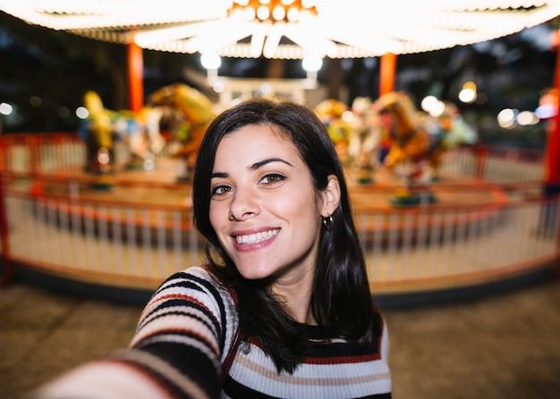 Uśmiechnięta dziewczyna bierze selfie