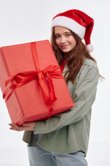Uśmiechnięta dziewczyna czerwone pudełko prezent nowy rok świąteczna zabawa. wysokiej jakości zdjęcie