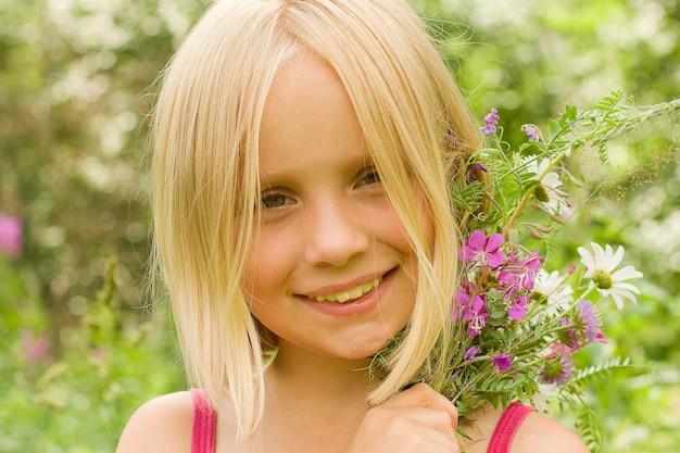 Uśmiechnięta dziewczyna na zewnątrz
