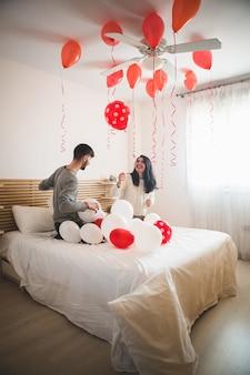 Uśmiechnięta dziewczyna patrząc na balonów na dachu