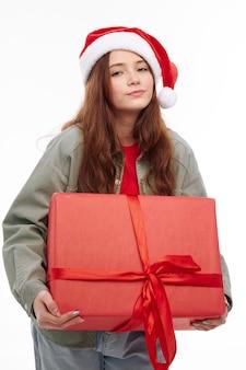 Uśmiechnięta dziewczyna prezent na nowy rok jako świąteczna radość przycięty widok boże narodzenie. wysokiej jakości zdjęcie