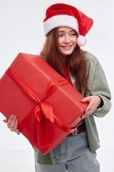 Uśmiechnięta dziewczyna prezent niespodzianka zabawa nowy rok wakacje. wysokiej jakości zdjęcie