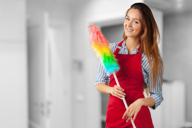 Uśmiechnięta dziewczyna przygotowywająca dla czyścić