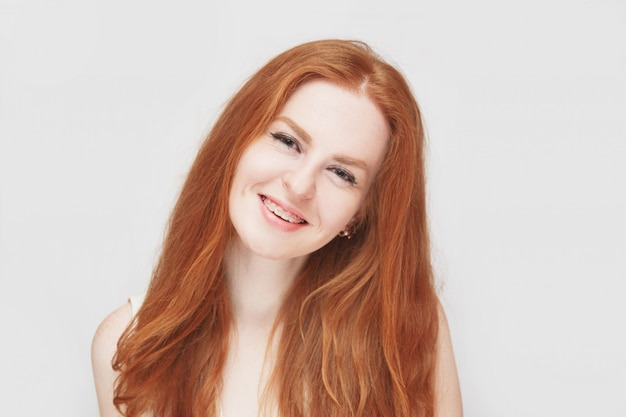 Uśmiechnięta dziewczyna redhair na sobie szelki, wesoły portret