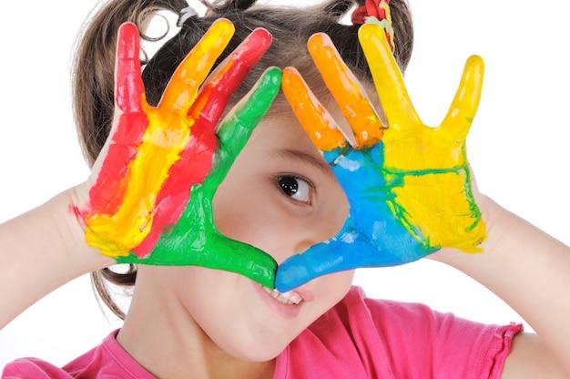 Uśmiechnięta dziewczyna robi trójbokowi z jej malować palmami