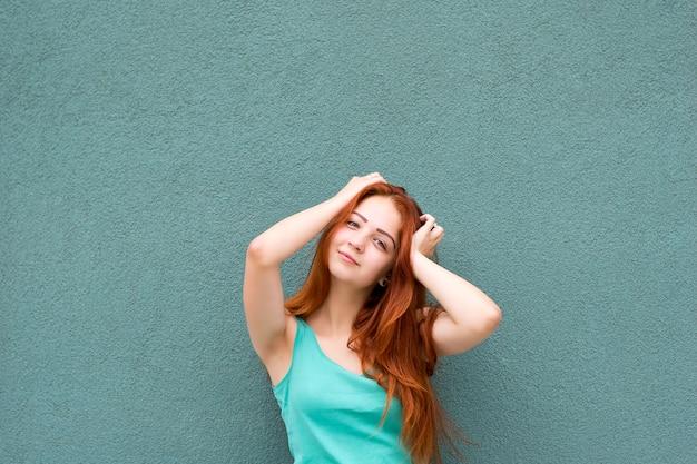 Uśmiechnięta dziewczyna rude włosy