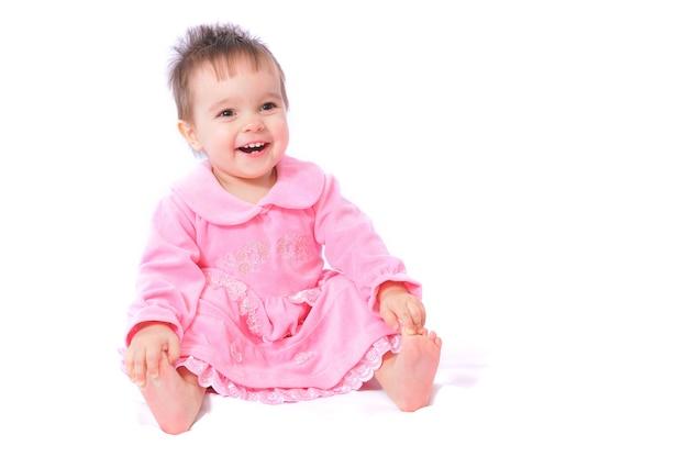 Uśmiechnięta dziewczyna siedzi na podłodze