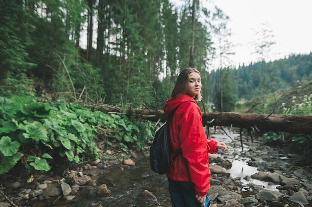Uśmiechnięta dziewczyna turysta piesze wycieczki
