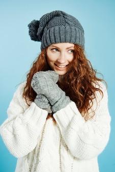 Uśmiechnięta dziewczyna ubrana w ciepłą odzież