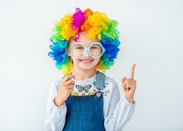 Uśmiechnięta dziewczyna w multicolor peruce