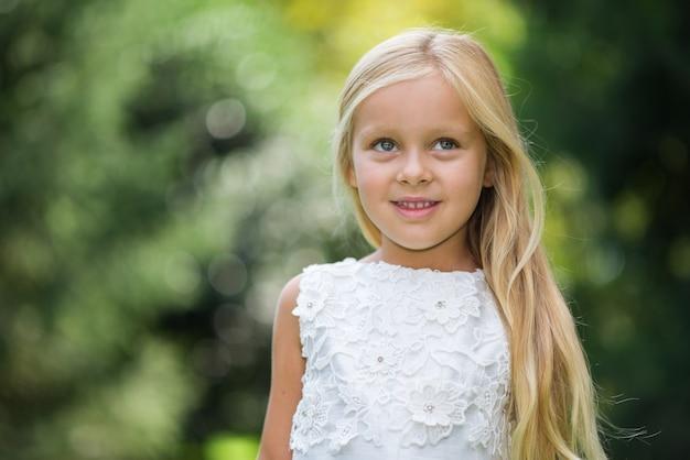 Uśmiechnięta dziewczyna w parku