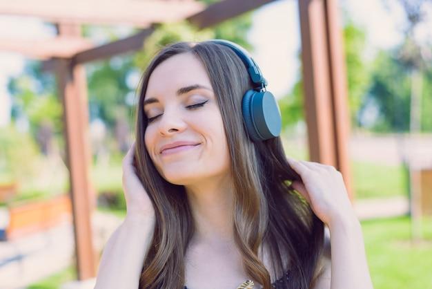 Uśmiechnięta dziewczyna w słuchawkach