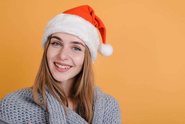 Uśmiechnięta dziewczyna w święty mikołaj kapeluszu
