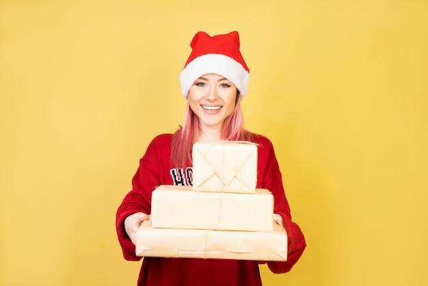 Uśmiechnięta dziewczyna z czerwonym santa kostiumem 2