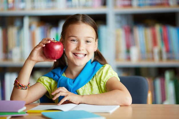 Uśmiechnięta dziewczyna z jabłkiem
