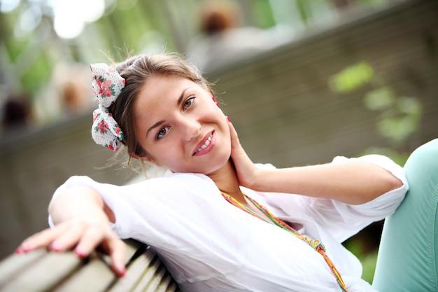 Uśmiechnięta dziewczyna z kokardą we włosach