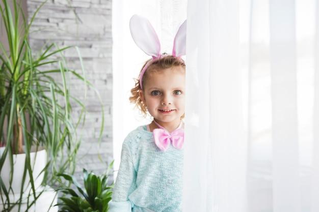 Uśmiechnięta dziewczyna z królików ucho