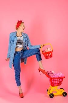 Uśmiechnięta dziewczyna z pełnym wózkiem w supermarkecie czas na zakupy szczęśliwa dziewczyna po zakupach