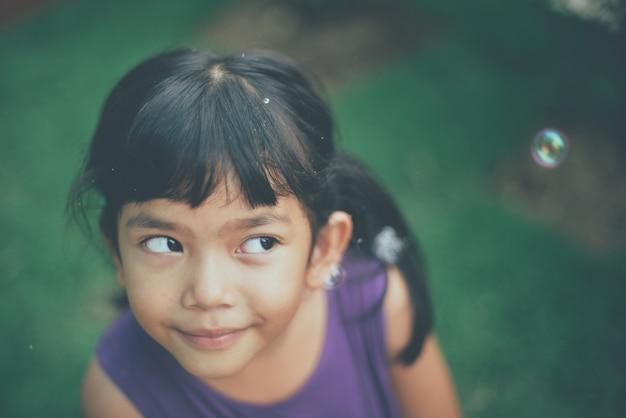 Uśmiechnięta dziewczynka i baniek mydlanych