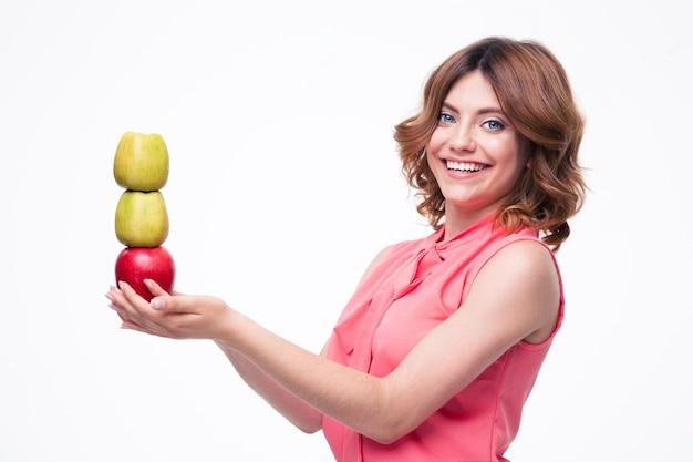 Uśmiechnięta elegancka kobieta trzyma jabłka