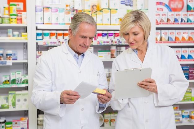 Uśmiechnięta farmaceuta drużyna opowiada o lekarstwie