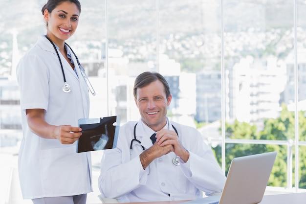 Uśmiechnięta grupa lekarzy pracujących na topór ray