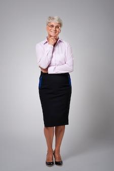 Uśmiechnięta i kondycja starsza biznesowa kobieta