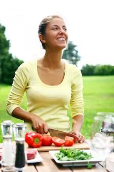 Uśmiechnięta i piękna kobieta gotowania